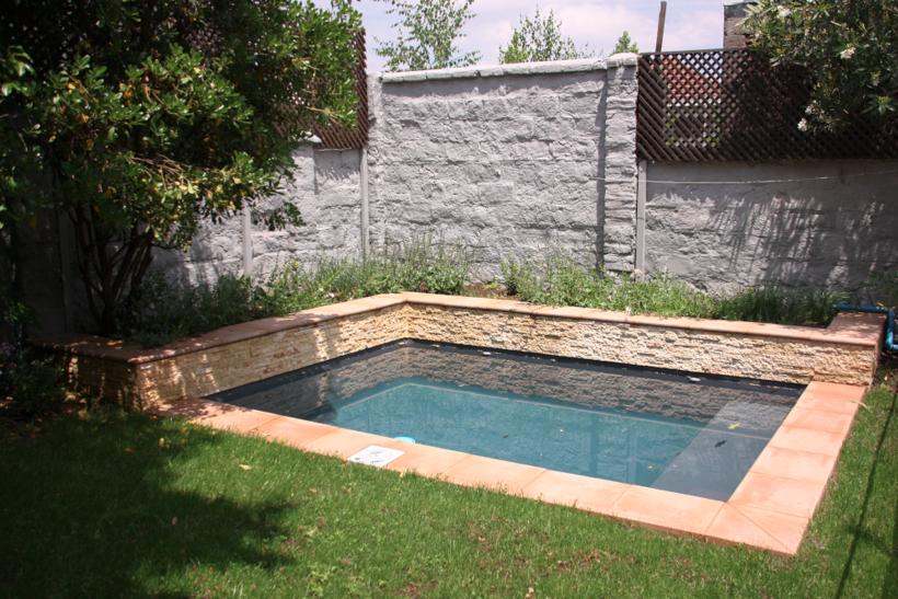 Jard n y piscina marne las condes delriosur for Como hacer una piscina pequena en casa